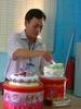 Thay_Hung_hieu_truong_dang_cat_banh_sinh_nhat_lan_thu_44_tai_Truong_TH_Tran_Phu.jpg