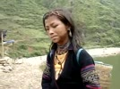 Co_gai_dan_toc_noi_tieng_anh_ngang_nguoi_ban_dia.flv